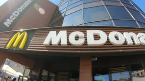 Minsk, Wit-Rusland, 1 Juni, 2018: McDonald` s embleem bij de restaurantbouw McDonald ` s is de wereld` s grootste ketting van ham stock footage
