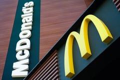 MINSK, WIT-RUSLAND - juni 6, 2017: McDonald` s embleem McDonald ` s is de wereld` s grootste ketting van de restaurants van het h Stock Afbeelding