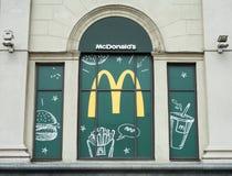MINSK, WIT-RUSLAND - juni 7, 2017: Show-venster van het restaurant van McDonald ` s McDonald ` s is de wereld` s grootste ketting Stock Foto's