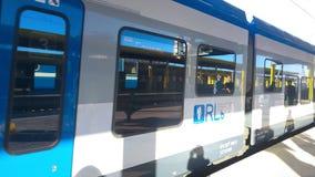 MINSK, WIT-RUSLAND - JUNI 19, 2017: Treinaankomst De trein komt bij het centrale station aan stock video