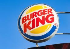 Minsk, Wit-Rusland - kan 7, 2018: Burger King-uithangbord tegen blauwe hemel royalty-vrije stock afbeeldingen