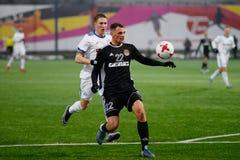 MINSK, WIT-RUSLAND - MAART 31, 2018: Voetballersstrijden voor bal tijdens de Witrussische Eerste Ligavoetbalwedstrijd stock fotografie