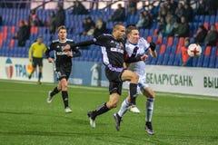 MINSK, WIT-RUSLAND - MAART 31, 2018: Voetballersstrijden voor bal tijdens de Witrussische Eerste Ligavoetbalwedstrijd royalty-vrije stock afbeelding