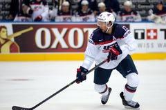 MINSK, WIT-RUSLAND - MEI 7: Colin McDonald van de V.S. schaatst met puck tijdens 2014 IIHF het Kampioenschapsgelijke van het Were Royalty-vrije Stock Fotografie