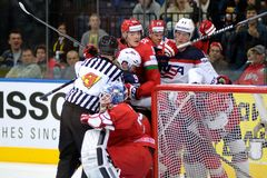 MINSK, WIT-RUSLAND - MEI 7: De Witrussische teamstrijden van de V.S. en tijdens 2014 IIHF het Kampioenschapsgelijke van het Werel Royalty-vrije Stock Foto