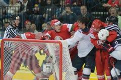 MINSK, WIT-RUSLAND - MEI 7: De Witrussische teamstrijden van de V.S. en tijdens 2014 IIHF het Kampioenschapsgelijke van het Werel Royalty-vrije Stock Afbeeldingen