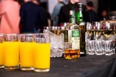 Minsk, Wit-Rusland - Mei 16, 2018 Een fles whisky Tullamore Gepast bij een partij Stock Afbeeldingen