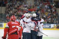 MINSK, WIT-RUSLAND - MEI 7: Het het hockeyteam van de V.S. viert tijdens 2014 IIHF het Kampioenschapsgelijke van het Wereldijshoc Stock Afbeeldingen