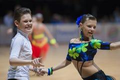 MINSK-WIT-RUSLAND, 19 MEI: Het niet geïdentificeerde Danspaar voert Juveni uit Royalty-vrije Stock Afbeeldingen