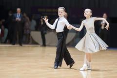 MINSK-WIT-RUSLAND, 19 MEI: Het niet geïdentificeerde Danspaar voert Juveni uit Stock Afbeelding