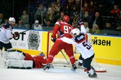 MINSK, WIT-RUSLAND - MEI 7: Het team van de V.S. viert binnen doel tijdens 2014 IIHF het Kampioenschapsgelijke van het Wereldijsh Stock Fotografie