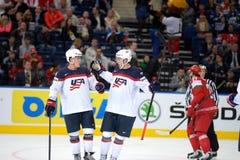 MINSK, WIT-RUSLAND - MEI 7: Het team van de V.S. viert binnen doel tijdens 2014 IIHF het Kampioenschapsgelijke van het Wereldijsh Royalty-vrije Stock Fotografie