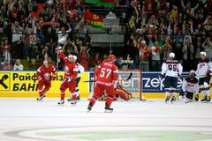MINSK, WIT-RUSLAND - MEI 7: Het team van Wit-Rusland viert doel tijdens 2014 IIHF het Kampioenschapsgelijke van het Wereldijshock Stock Afbeelding