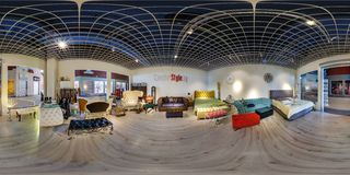MINSK, WIT-RUSLAND - MEI 2018: Het volledige sferische naadloze panorama 360 graden in binnenland van winkel met de toonzaal van  stock afbeeldingen