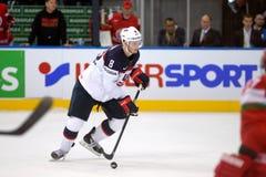 MINSK, WIT-RUSLAND - MEI 7: Jacob Trouba van de V.S. schaatst met puck tijdens 2014 IIHF het Kampioenschapsgelijke van het Wereld Stock Afbeeldingen
