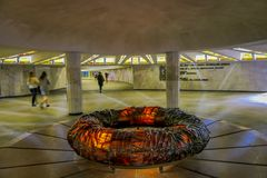 MINSK, WIT-RUSLAND - MEI 01, 2018: Mensen die dicht bij een cirkelstrcuture bij ondergrondse mening van Stela, de Heldenstad lope Royalty-vrije Stock Afbeelding