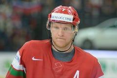 MINSK, WIT-RUSLAND - MEI 7: Vladimir Denisov van Wit-Rusland kijkt tijdens 2014 IIHF het Kampioenschapsgelijke van het Wereldijsh Royalty-vrije Stock Afbeelding