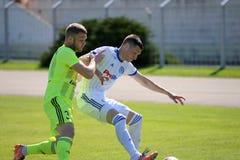 MINSK, WIT-RUSLAND - MEI 6, 2018: Voetballersstrijden voor bal tijdens de Witrussische Eerste Ligavoetbalwedstrijd tussen stock afbeelding