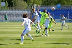 MINSK, WIT-RUSLAND - MEI 6, 2018: Voetballersstrijden voor bal tijdens de Witrussische Eerste Ligavoetbalwedstrijd tussen stock fotografie