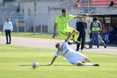 MINSK, WIT-RUSLAND - MEI 6, 2018: Voetballersstrijden voor bal tijdens de Witrussische Eerste Ligavoetbalwedstrijd tussen royalty-vrije stock fotografie