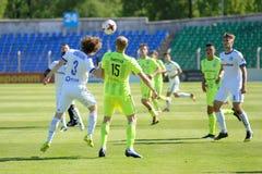 MINSK, WIT-RUSLAND - MEI 6, 2018: Voetballersstrijden voor bal tijdens de Witrussische Eerste Ligavoetbalwedstrijd tussen stock foto's
