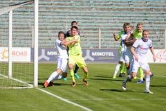 MINSK, WIT-RUSLAND - MEI 6, 2018: Voetballersstrijden voor bal tijdens de Witrussische Eerste Ligavoetbalwedstrijd tussen stock foto