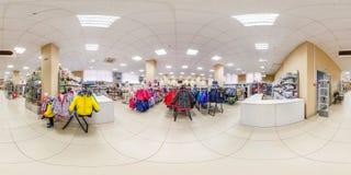 MINSK, WIT-RUSLAND - MEI 2018: Volledig sferisch naadloos hdripanorama 360 graden in binnenland van winkel met plankenstoffen in  stock afbeelding