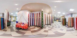 MINSK, WIT-RUSLAND - MEI 2018: Volledig sferisch naadloos panorama 360 graden in binnenland van winkel met plankenstoffen in elit royalty-vrije stock afbeelding