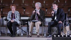 Minsk, Wit-Rusland - Oktober 6, 2018: Philip Yancey die een bespreking op conferentie geven Christelijk forum Christelijke confer stock video