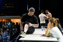 MINSK, WIT-RUSLAND - SEPTEMBER 19, 2015: De mensen tonen hun tatoegeringen Stock Afbeelding