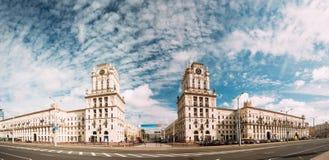 Minsk, Wit-Rusland Twee Gebouwentorens die de Poorten van Minsk symboliseren royalty-vrije stock foto's