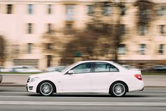 Minsk, Wit-Rusland Witte Kleuren Mercedes-Benz c-Klasse in Snelle Motie Stock Foto