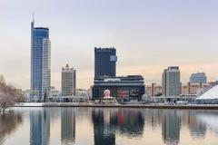 Minsk, 10 Witrussisch-December 2017: Het landschap van de de winterstad Mening van moderne gebouwen met meerdere verdiepingen in  Stock Afbeeldingen