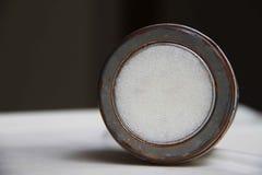 Minsta bild av den runda lantliga gamla metallasken fotografering för bildbyråer