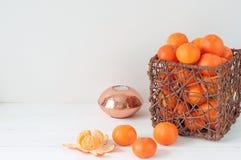 Minsta elegant sammansättning med tangerin och vasen royaltyfria bilder