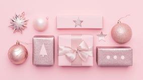 Minsta julbaner för pastellfärgade rosa färger Härliga nordiska julgåvor som isoleras på bakgrund för pastellfärgade rosa färger arkivfoto