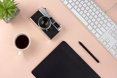 Minsta workspace- och espressokaffe på bakgrund för pastellfärgade rosa färger arkivbild