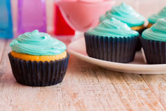 Mint cupcakes on the wooden background. Photo mint cupcakes closeup. Against the background of the remaining cupcakes on the plate Royalty Free Stock Photos
