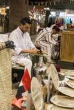 Minter artisanaal in nationale kleren in het paviljoen van Turkije binnen royalty-vrije stock afbeelding