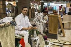 Minter artisanaal in nationale kleren in het paviljoen van Turkije binnen royalty-vrije stock fotografie