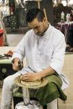 Minter artisanaal in nationale kleren in het paviljoen van Turkije binnen royalty-vrije stock afbeeldingen