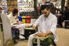 Minter artisanaal in nationale kleren in het paviljoen van Turkije binnen stock foto's