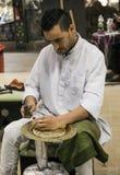 Minter artisanaal in nationale kleren in het paviljoen van Turkije binnen royalty-vrije stock foto's