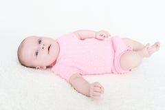 Mintiendo 2 meses de bebé en el mono de Rosa Foto de archivo