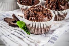 Mintkaramell- och chokladmuffin arkivbilder