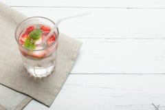 Mintkaramell- och jordgubbedetoxvatten, skivafrukt, exponeringsglas Kopiera utrymme f?r text fotografering för bildbyråer