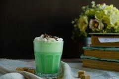 Mintkaramellkaffe med med kräm- och färgrik garnering på mörk bakgrund Milkshake cocktaill, frappuccino Enhörningkaffe, unico arkivfoto