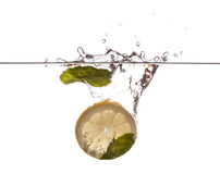 Mintkaramellsidor och citronskiva Arkivfoto