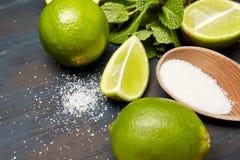 mintkaramellsidor, socker och limefrukt arkivbild