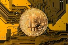 Minujący Bitcoin pojęcie -, złocista moneta na koloru żółtego PCB zdjęcia stock
